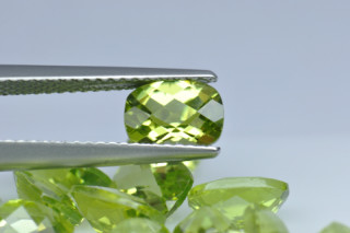 PER01819MCT - Peridot 7x5 Cushion Checkerboard, 0.98 carats